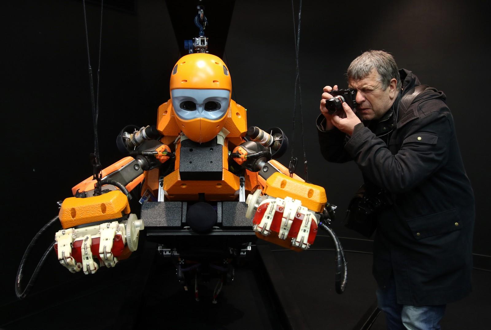 Dykkerroboten «Ocean One» ble vist fram ved det historiske museet i Marseille i Frankrike. Roboten ligner et menneske i form og forskerne håper den kan være til stor hjelp i forbindelse med arkeologiske utgravinger under vann.