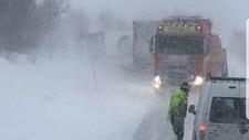 E6 er stengt like nord for Majavatn i Nordland grunnet flere utforkjøringer i kraftig vind og snøvær.