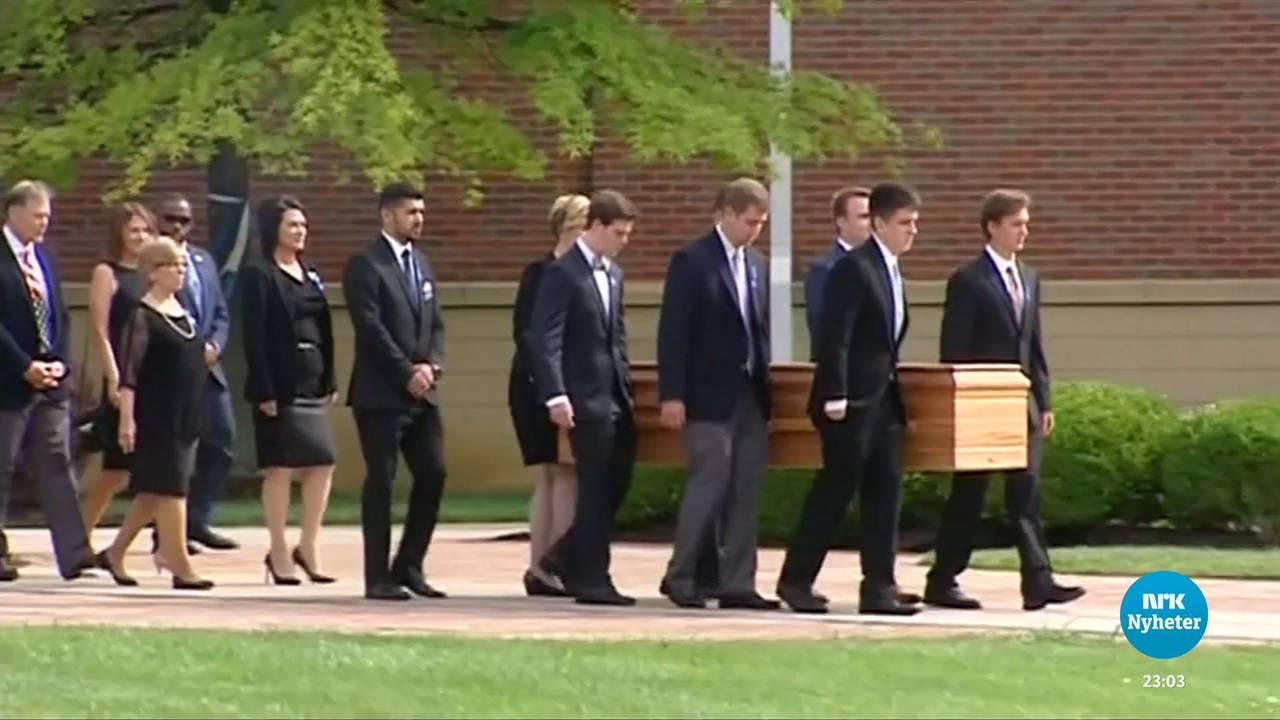 Warmbiers kiste bæres under begravelsen.