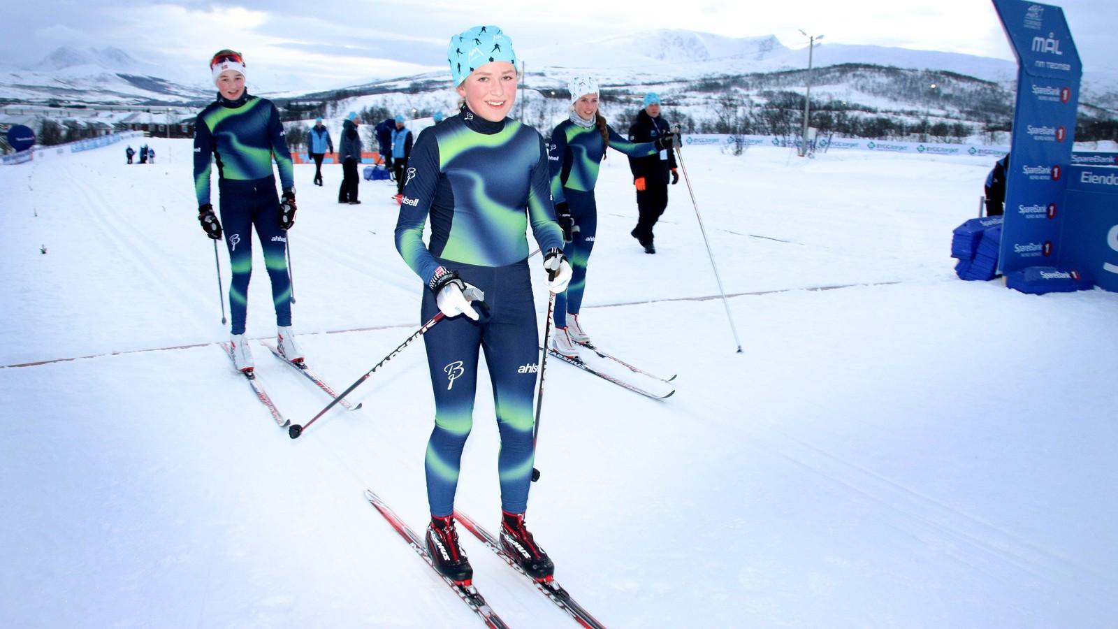 Sigrid Bjørnhaug Hammer (i midten), Idunn Raade Olsen og resten av skielevene ved NTG gikk 24 kilometer under NMs første dag.
