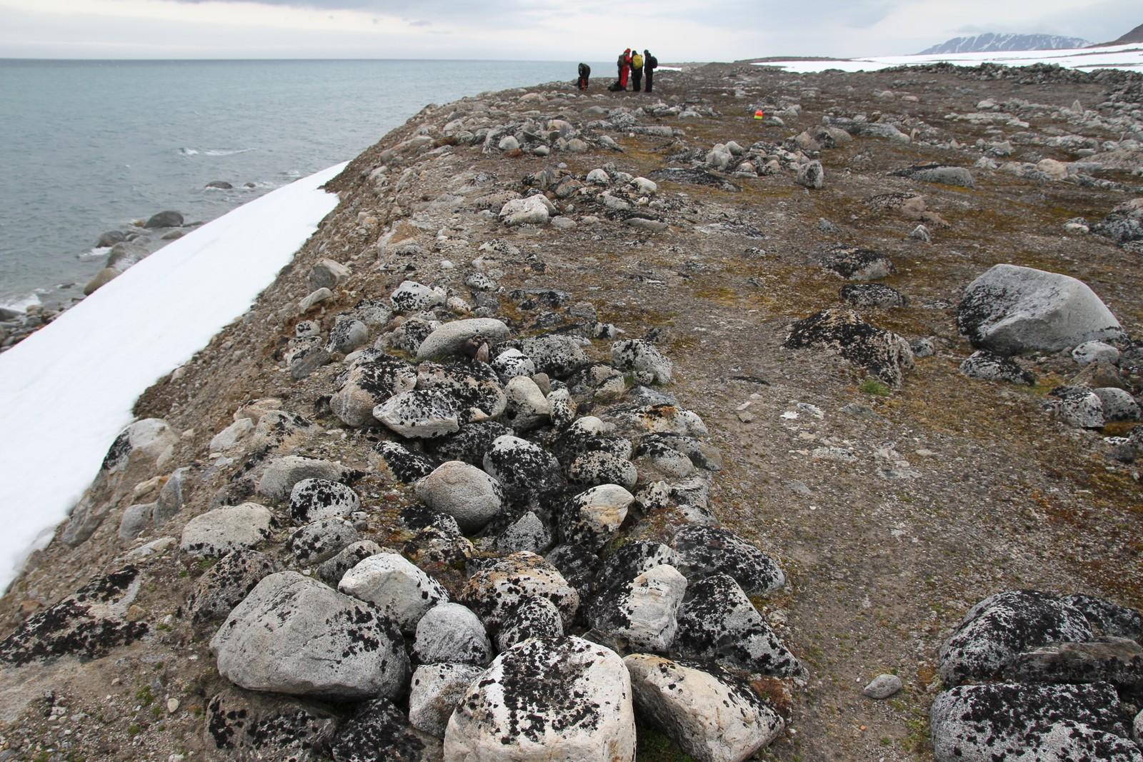 Hvalfangergravene fra 1600-tallet ligger helt ytterst ved vannkanten der jorda var porøs nok til å kunne graves i. Dette bildet er tatt ved Likneset.