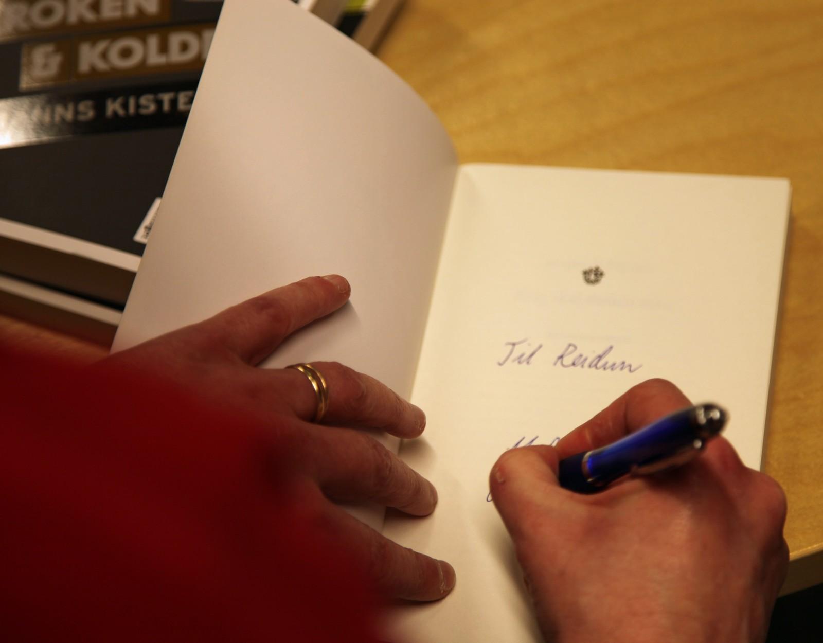Signering av bøker på krimkveld i Skjåk. - Vi har planer om ny bok. Hvis det blir totalslakt, blir det lite motiverende å skrive, er forfatterne enige om.