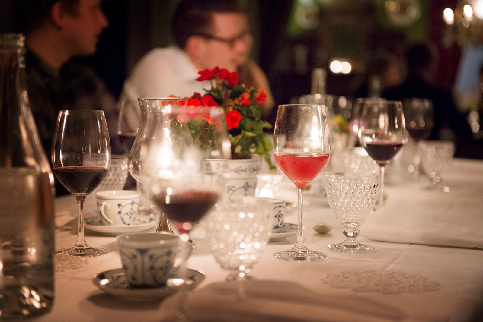 KOSELEG: I lune omgjevnadar fekk publikum servert mat før musikken braka laus.