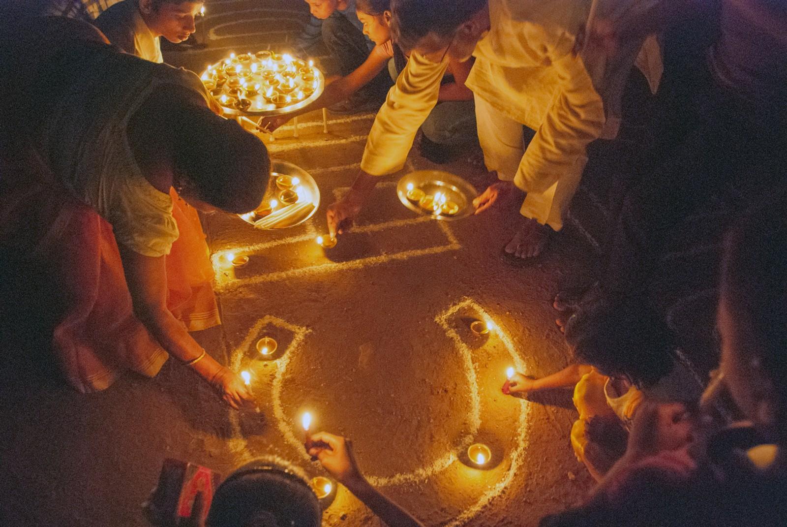 Diwali betyr en rekke av lys, og er til ære for gudinnen Lakshmi. Gudinnen velsigner hjemmet og skal bringe lykke i året som kommer. Store og små ved Bal Ashram følger de vanlige ritualene.