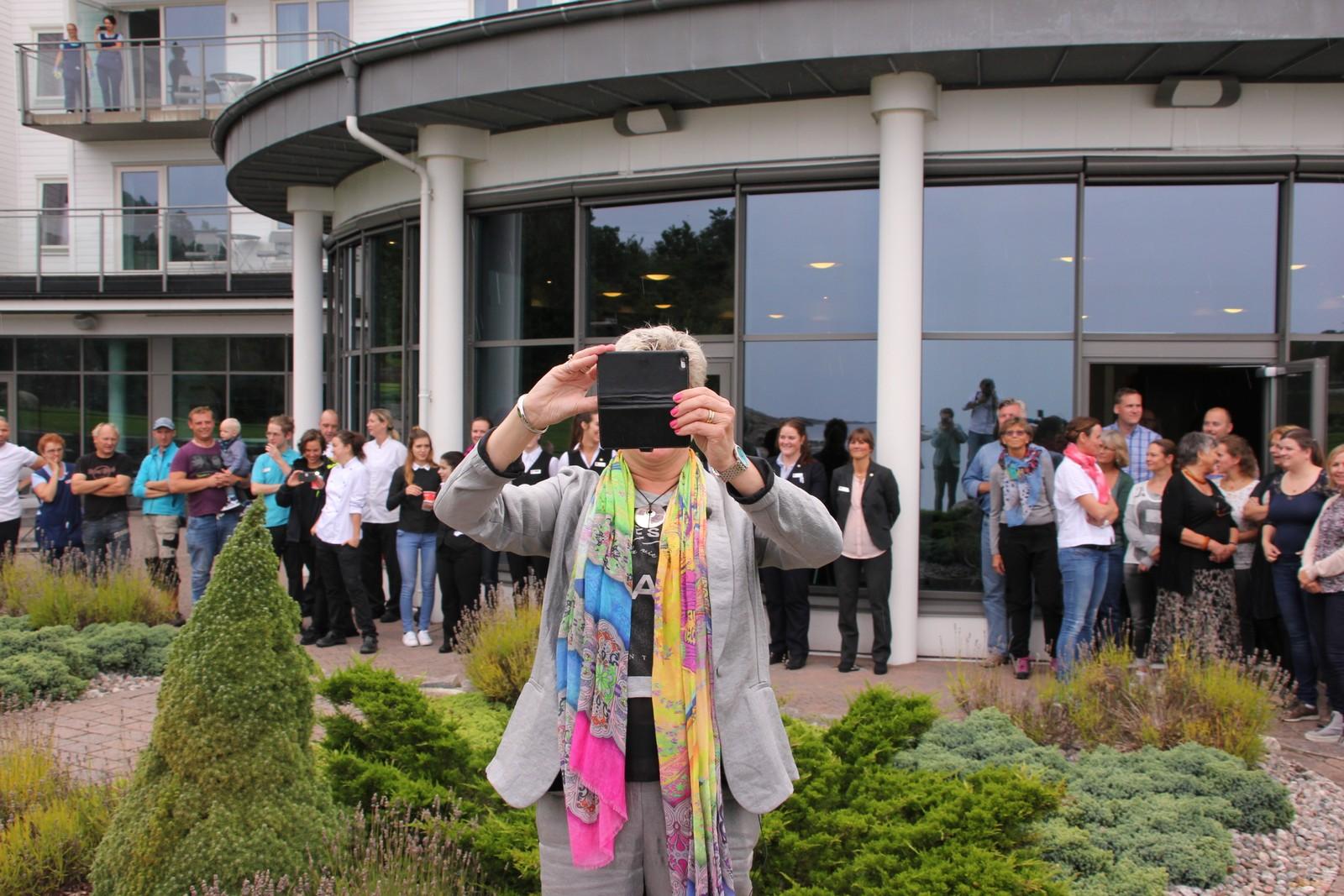 Mange av de ansatte møtte opp da Agnes Berntsen takket for seg. På søndag skal de ha en sommerfest som også vil fungere som avskjedsfest for Berntsen.