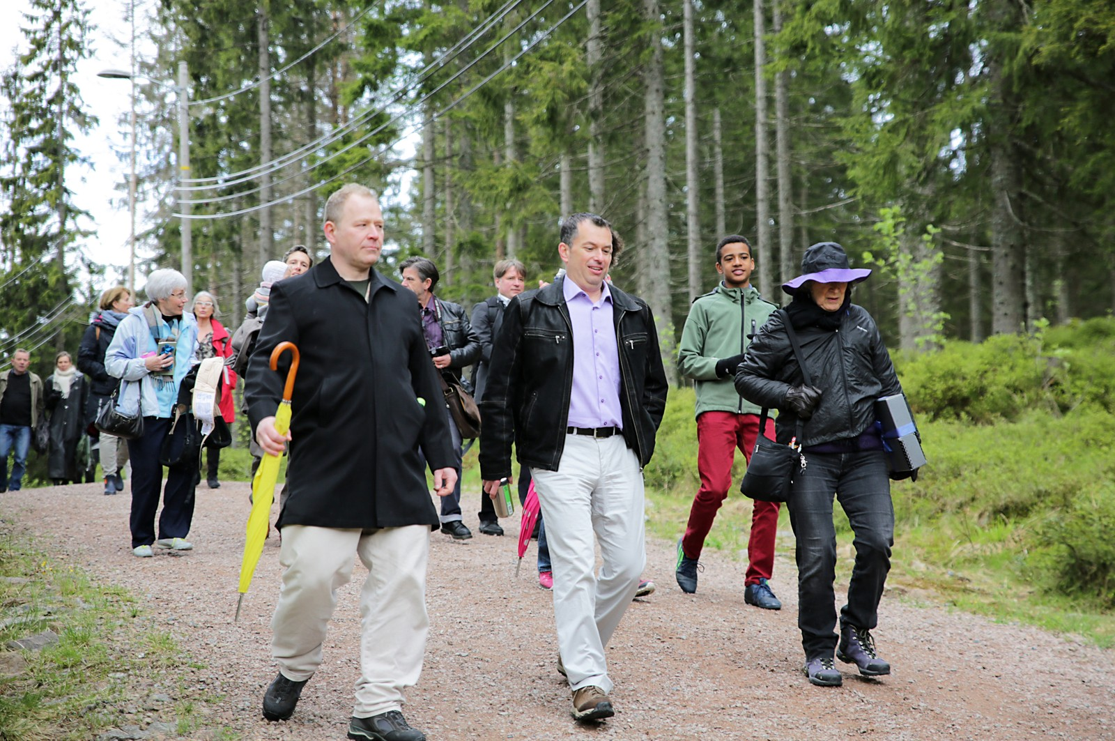 Med regnjakken på og manuset under armen, fikk Margaret Atwood følge av omlag 100 frammøtte nysgjerrige lesere og pressefolk på skogsveien innover i Nordmarka.