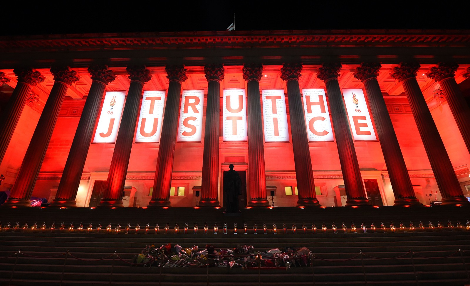 Blomster og tente lys på trappen til St. Georges Hall i Liverpool tidligere denne uken, til minne om de 96 fotballsupporterne som døde i Hillsborough-tragedien i 1989. Tirsdag denne uken ble det fastslått at tragedien skyldtes grov uaktsomhet fra politiets side.