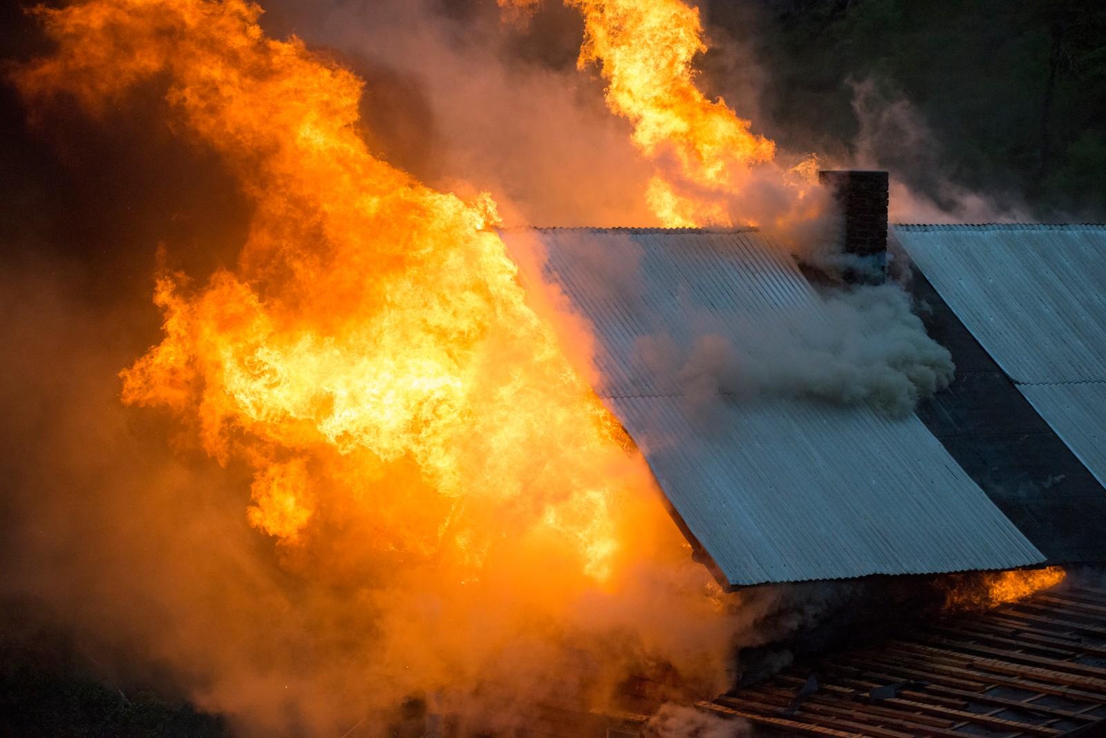 Flammane stod ut frå loftet.
