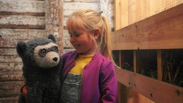 Norsk film. (2:7) Brillebjørn og Lucy skal besøke bestemor og bestefar på bondegården. Her er det sauer, høner, kuer, traktorer og mye annet spennende. Men noen ganger er ikke alt like gøy, så da er det godt at Brillebjørn har fantasimagi!