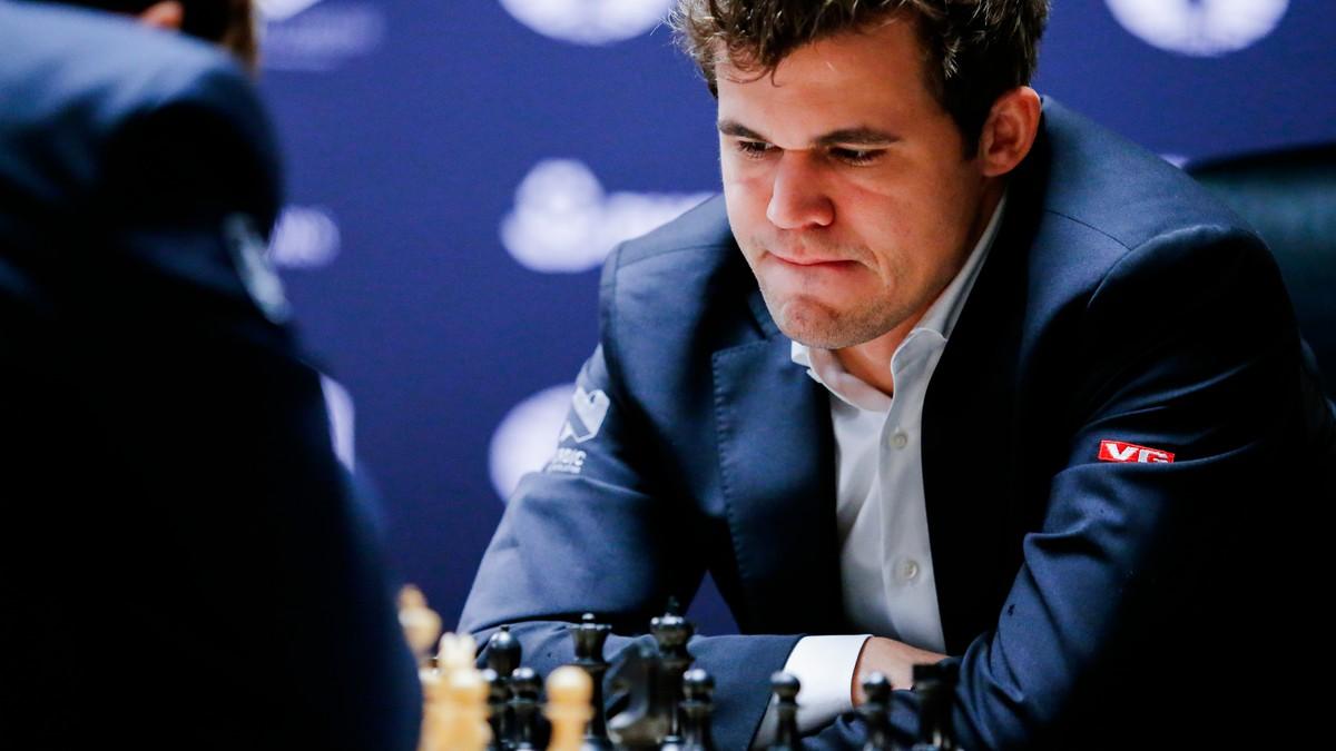 Magnus Øen Carlsen 30 November 1990 in Tønsberg ist ein norwegischer Schachspieler und seit 2013 Schachweltmeister Im Jahre 2004 errang Carlsen den Titel