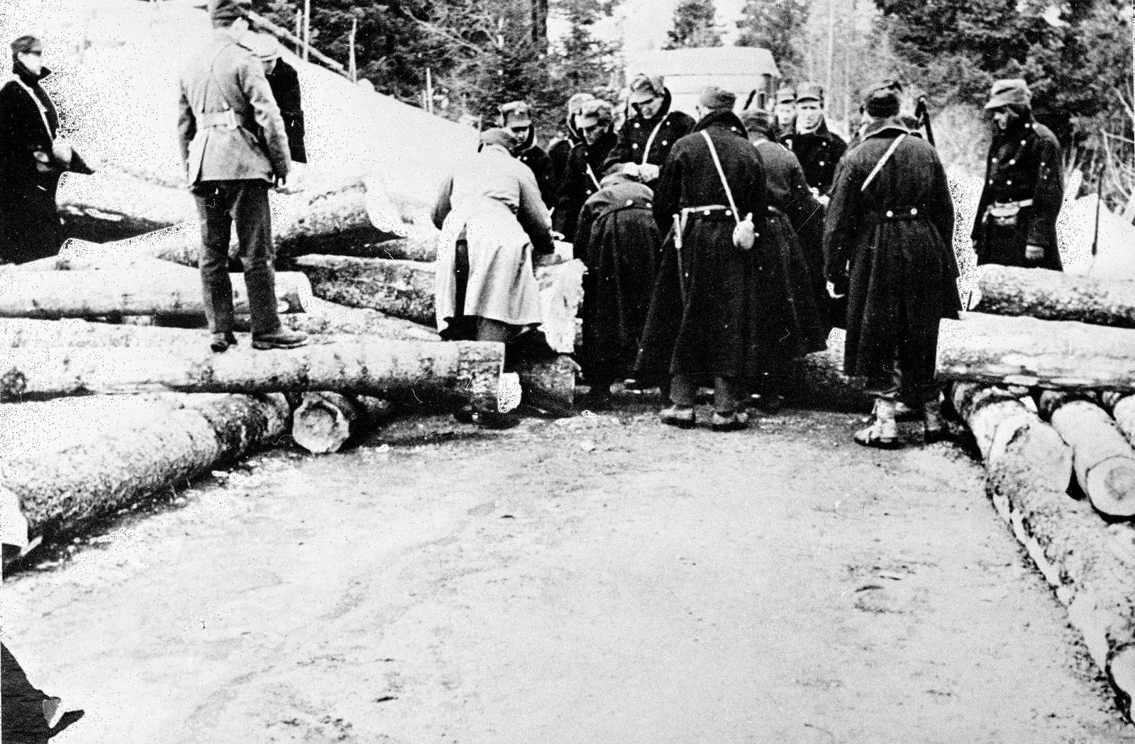 Norsk veisperring ved Gjøvik aprildagene 1940. Tømmerstokker blir brukt til sperringen.