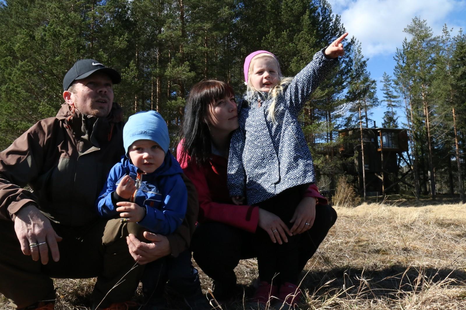 Tore og Siv Myrene Rislaa har fått ei ukes ferie på Kråkeslottet i gave fra forloverne sine. Her sammen med barna Olay og Mia.