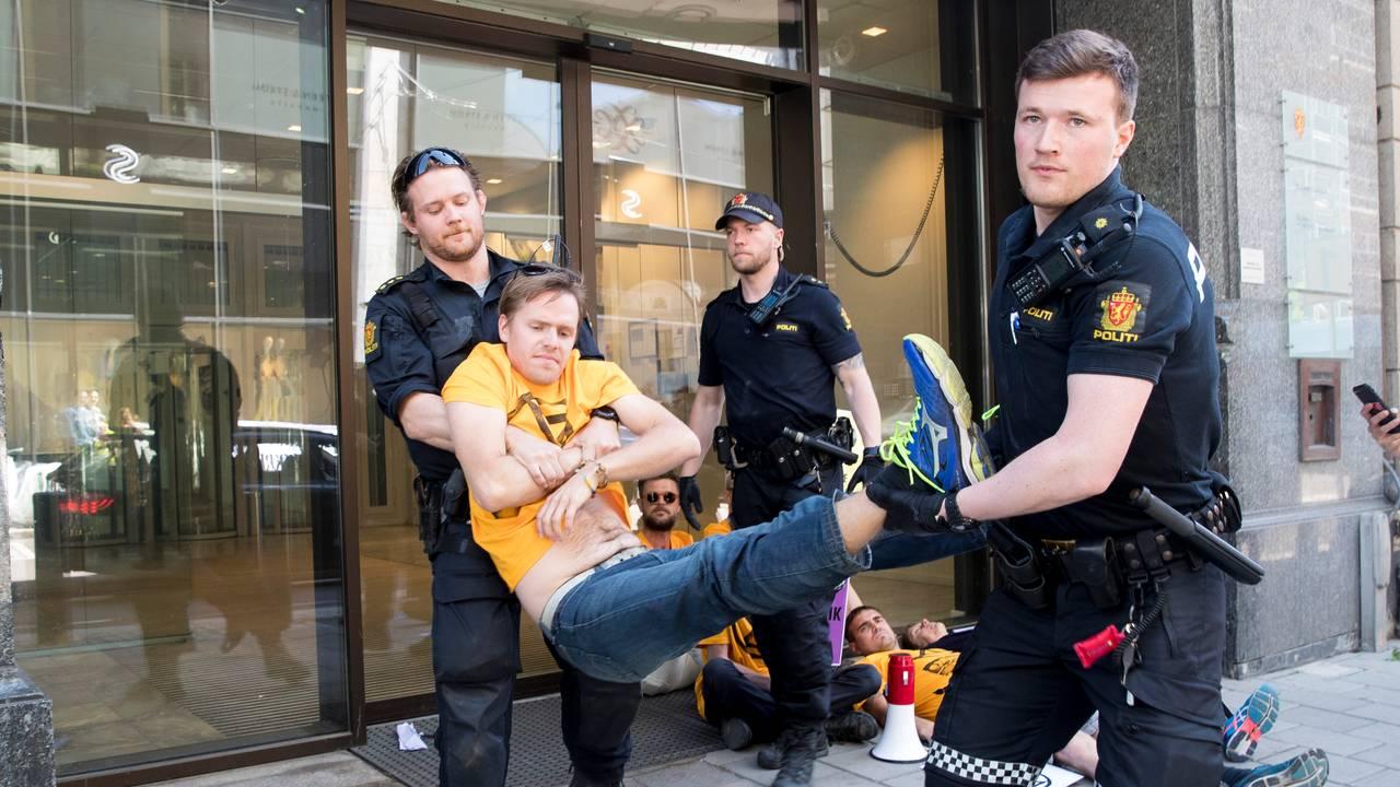 10 personer ble arrestert og fraktet inn etter å ha demonstrert for miljøbevegelsen Extinction Rebellion utenfor klima-og miljødepartementet mandag 17. juni 2019. Dag Kolstø var en av dem.