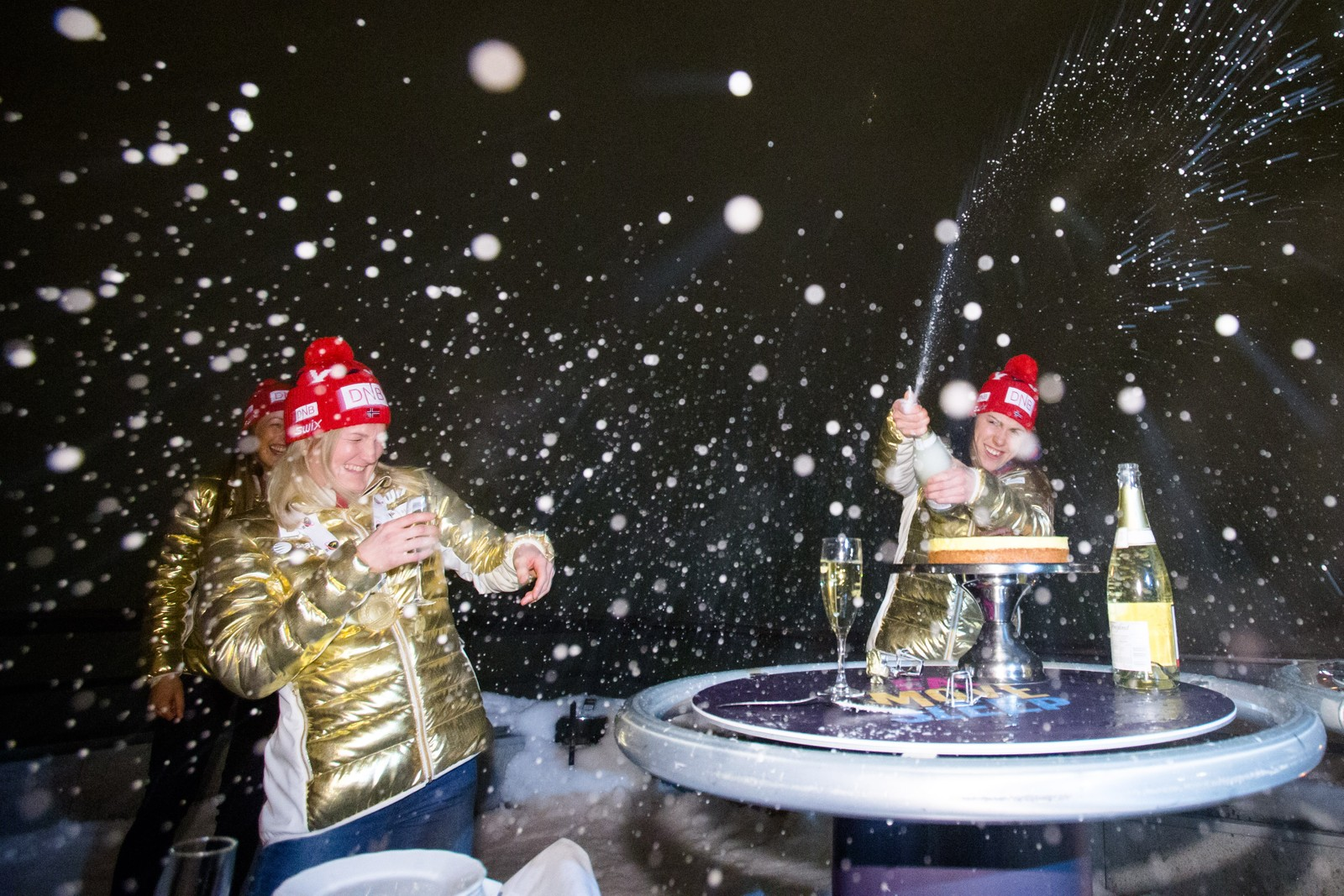 Marte Olsbu (t.v.) og Synnøve Solemdal under markeringen av Norges gull på stafetten i VM i skiskyting i Holmenkollen fredag kveld.