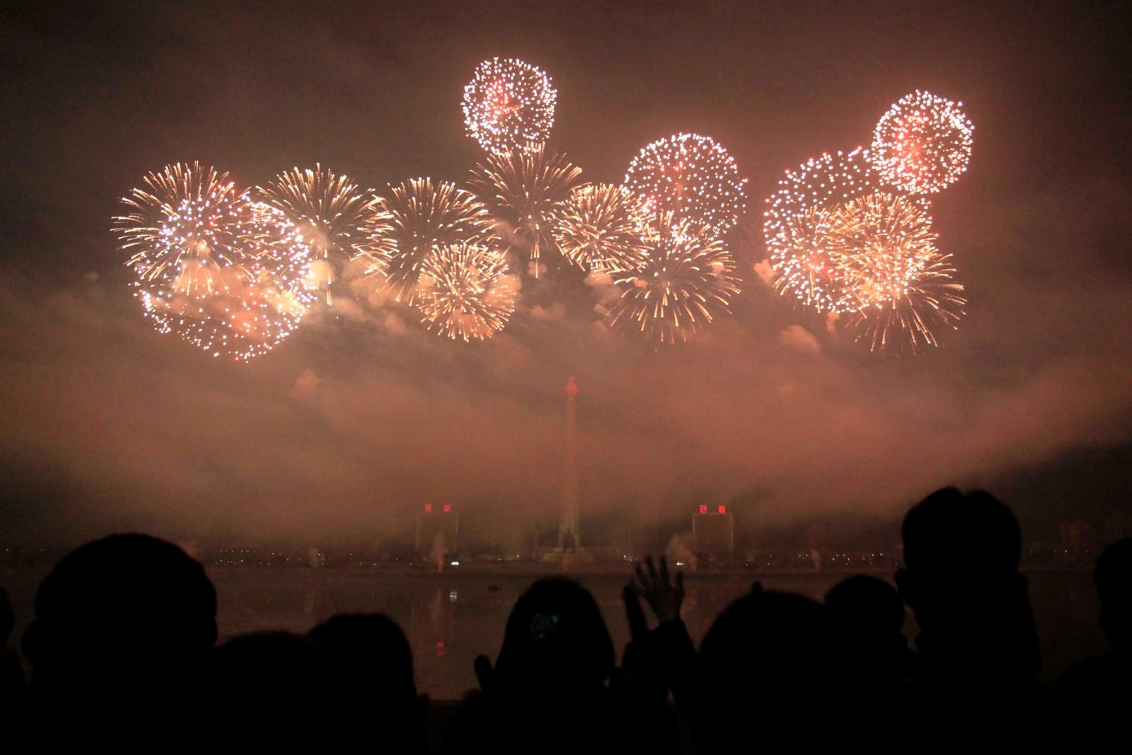 PYONGYANG: Nord-Korea feirer inngangen til 2017 med festfyrverkeri over Kim Il Sung-plassen i hovedstaden Pyongyang.