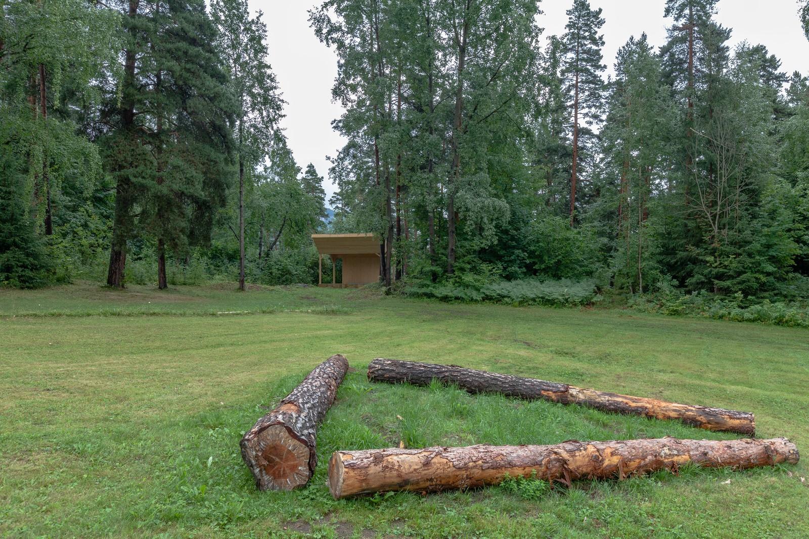 En ny konsertscene er satt opp i skogkanten.