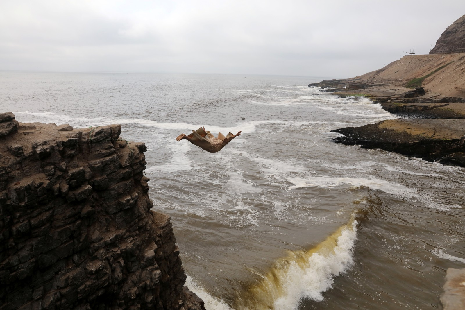 Utkledd som prest stupte Fernando Jesus Canchari seg utfor de 13 meter høye klippene ved Herradura-stranda i Lima, Peru.