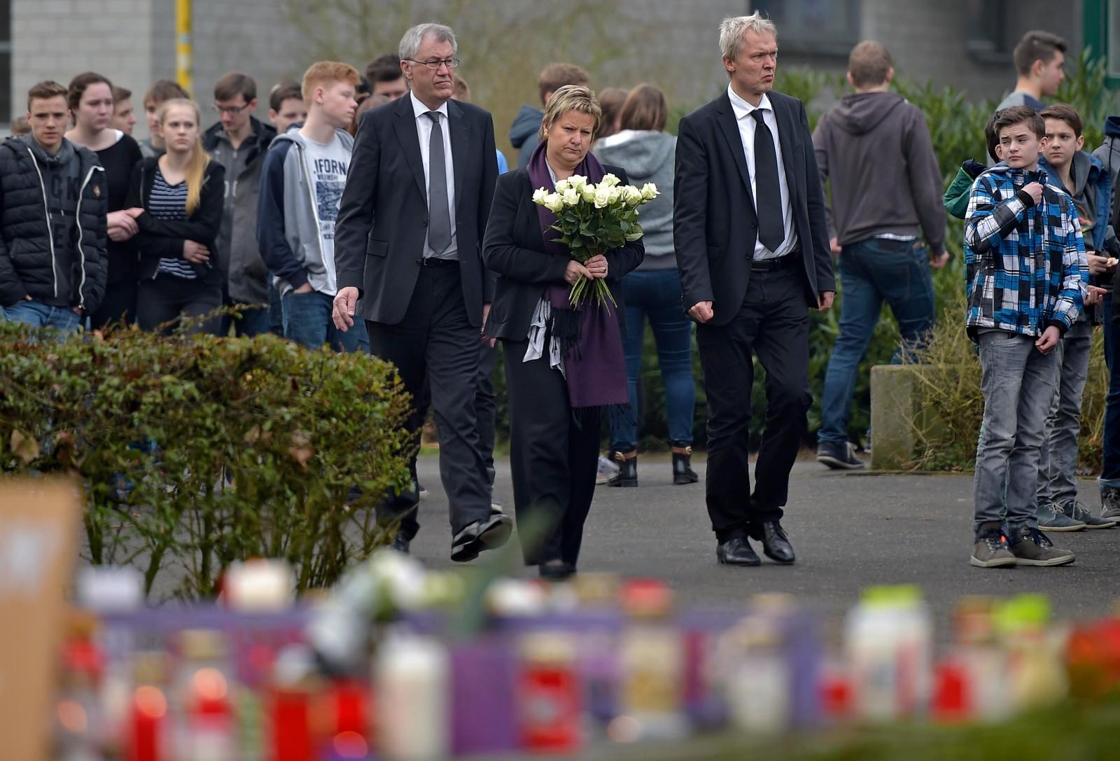 Utdanningsministeren i Nordrhein-Westfalen, Sylvia Loehrmann, besøkte skolen i dag. (AP Photo/Martin Meissner)