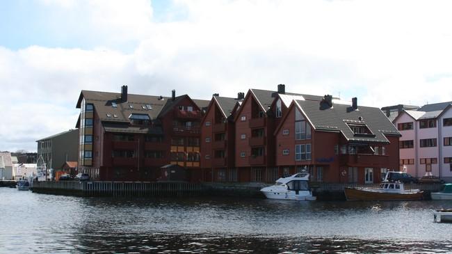På kolkaia er sjøhuset og kolforretninga til O. Joh. Olsen ombygd til husvære. Foto: Ottar Starheim, NRK.