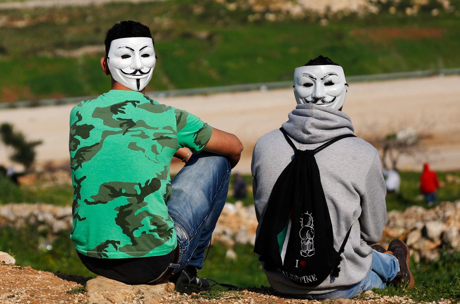 To palestinske demonstranter med Guy Fawkes-masker ved Ramallah på Vestbredden i mars 2015.