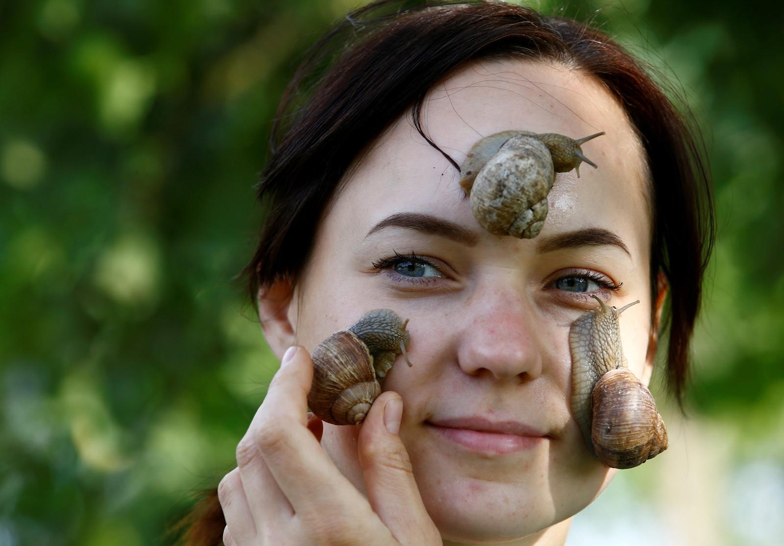 Victoria Rabkova og mannen Vladimir har en sneglefarm i landsbyen Dolginovo, Hviterussland. I tillegg til å være en gastronomisk delikatesse, hevder produsenten at sneglen også er bra for huden.