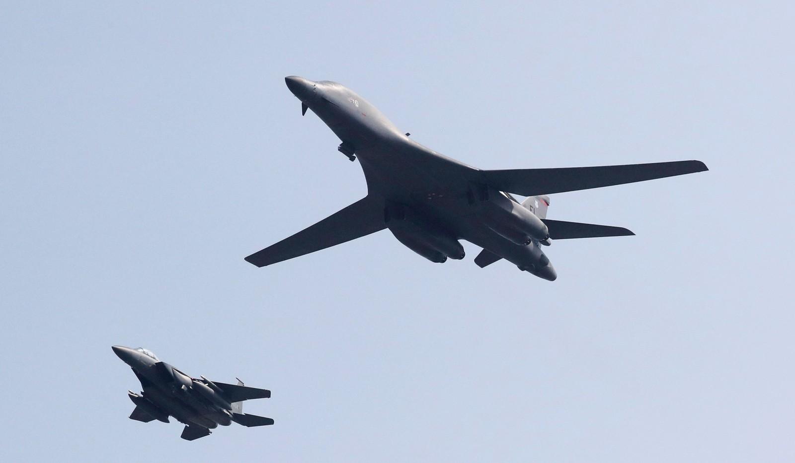 De store bombeflyene er nå flyttet til Osan-flybasen, og her sees ett av dem sammen med et sør-koreansk jagerfly.