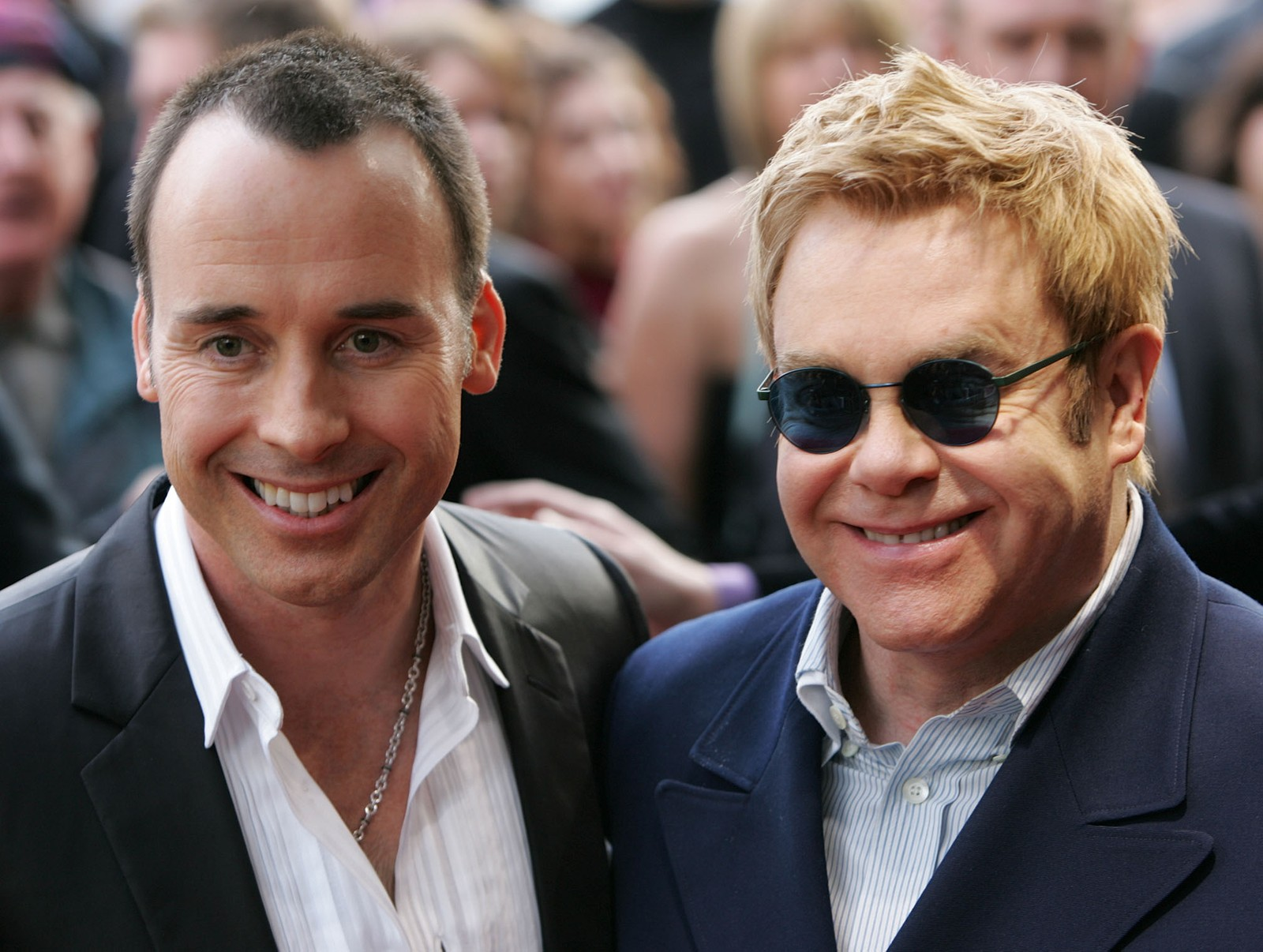 2005: Saman på verdspremiere av musikalen «Billy Elliot» i London 12. mai. David Furnish og Elton John inngjekk partnerskap 21. desember same år. Furnish laga dokumentaren Elton John: Tantrums & Tiaras i 1997. Dei har to søner.