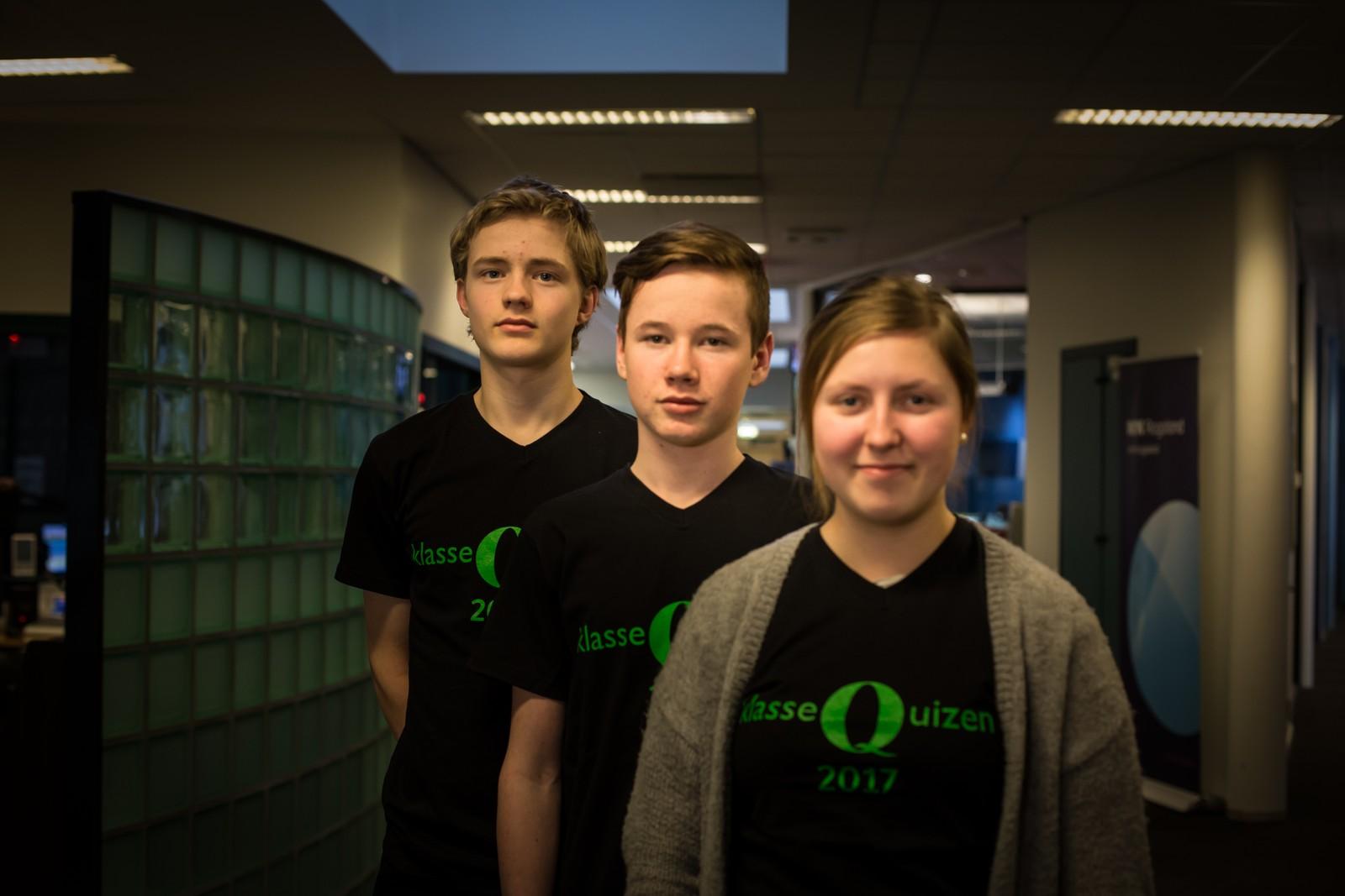 Varhaug ungdomskole fikk seks poeng i Klassequizen. Fra venstre: Ole Varhaug, Magnus Berge Galtvik og Birgitte Lende.