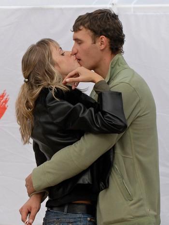 Kjærester kysser