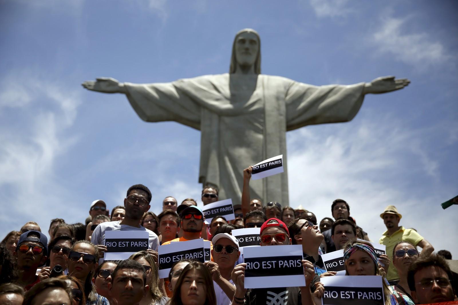Brasilianere holdt minnestund for ofrene ved den kjente Kristus-statuen i Rio de Janeiro.