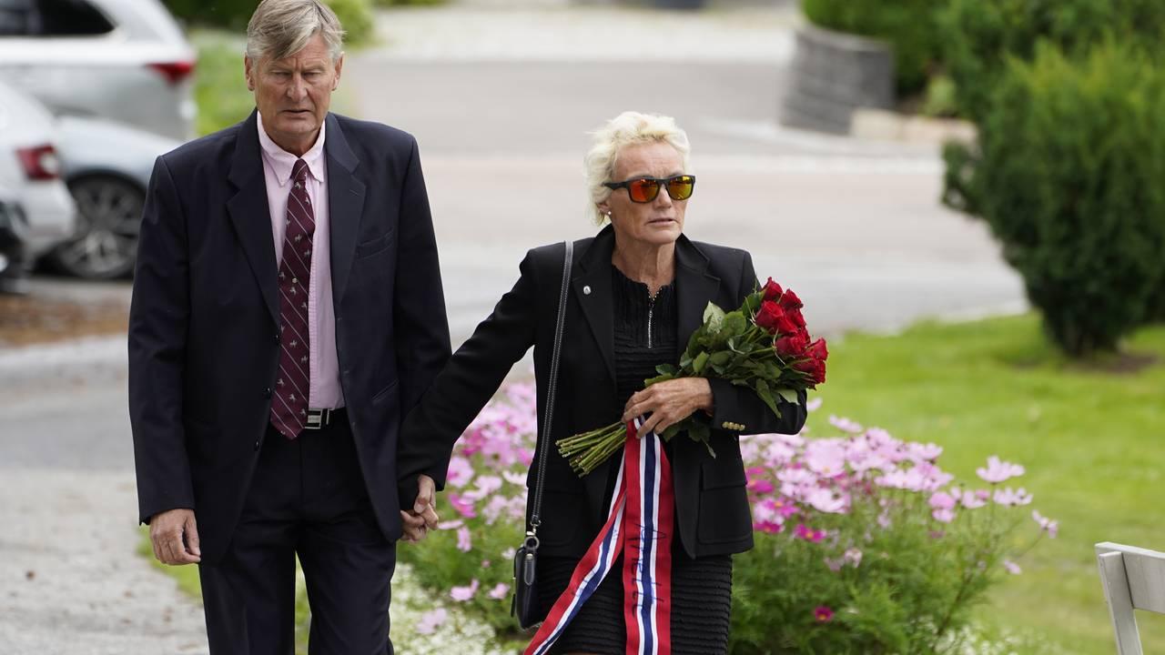 Anette Bøe ankommer bisettelsen til Finn Christian Jagge