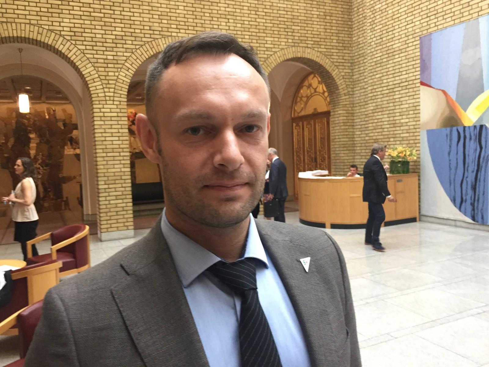 Torgeir Knag Fylkesnes i vrimlehallen på Stortinget.