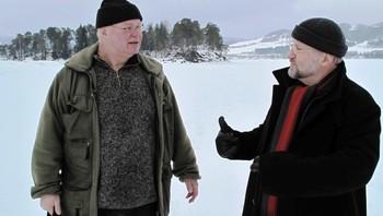 Arkeologene Tom Haraldsen og Tor Sæther på Mjøsisen .