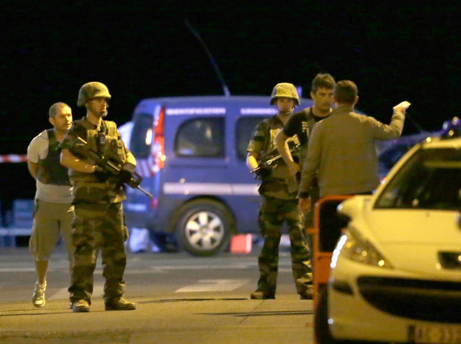 Politi og soldater sperret av veien.