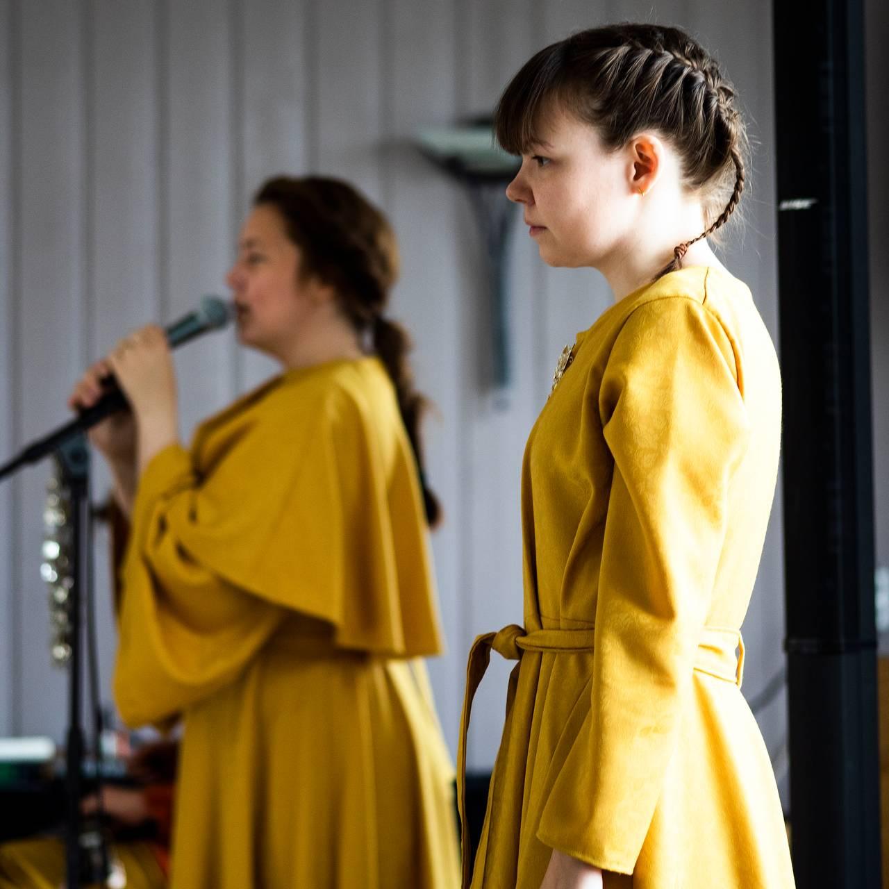 Ramona Salo Myrseth (foran), og Kajsa Balto under visningen av forestillingen