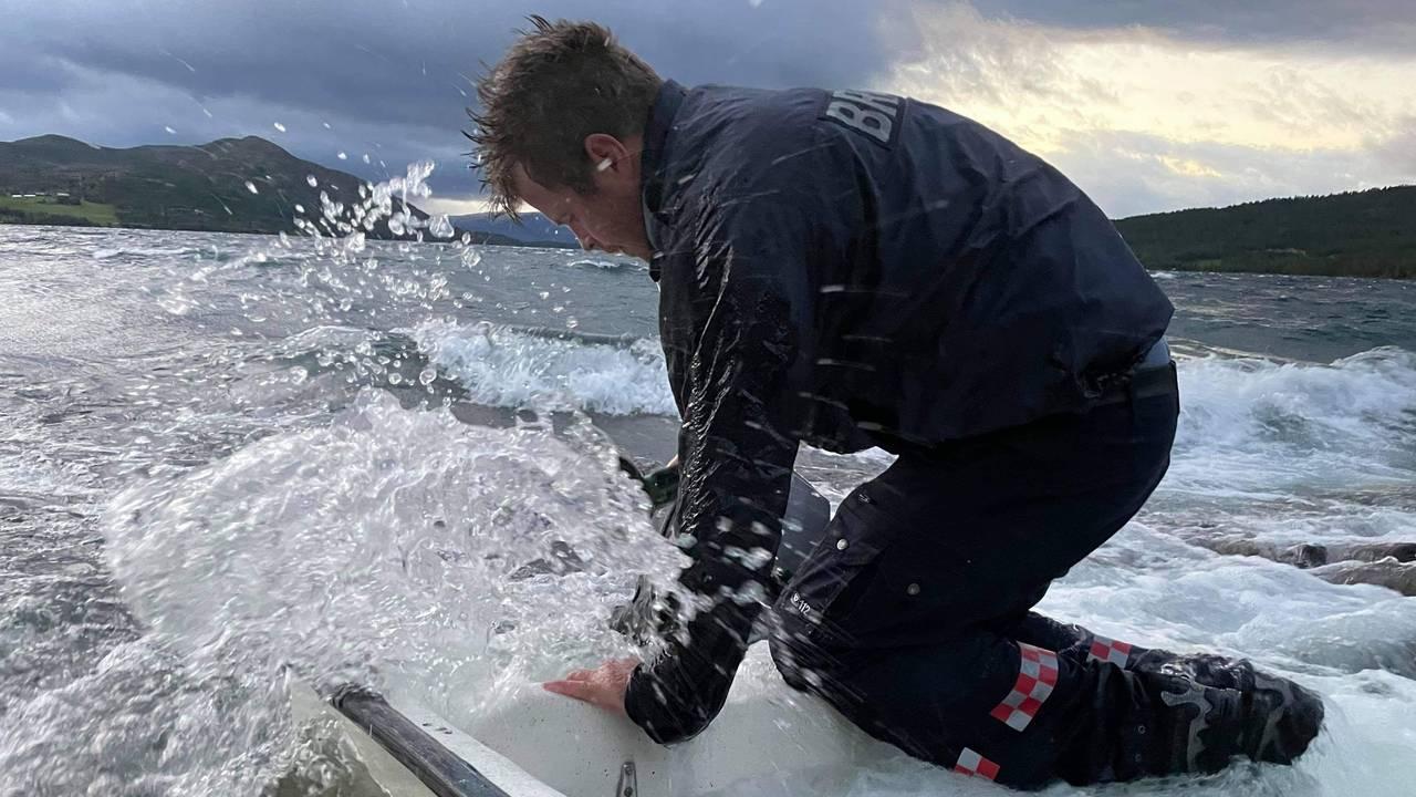 Vågå brannvesen jobber med å redde flere båter på Lemonsjøen i Vågå. Så langt har de berga fem båter, og flere står for tur.