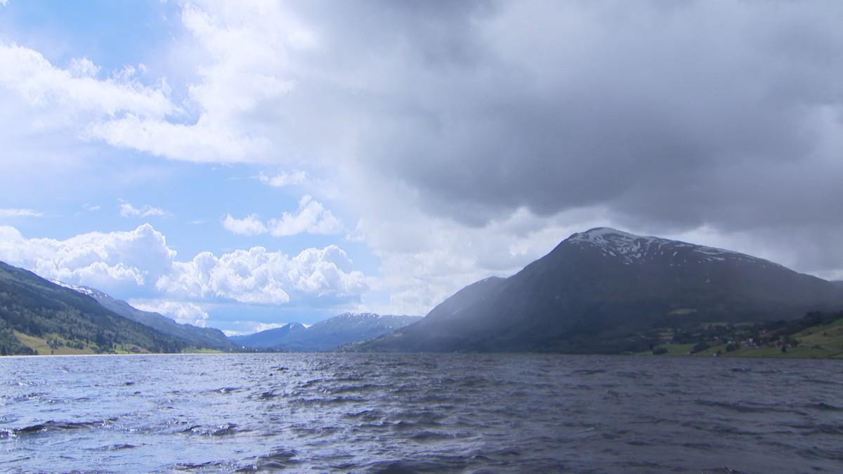 Både sol og regn over Jølstravatnet