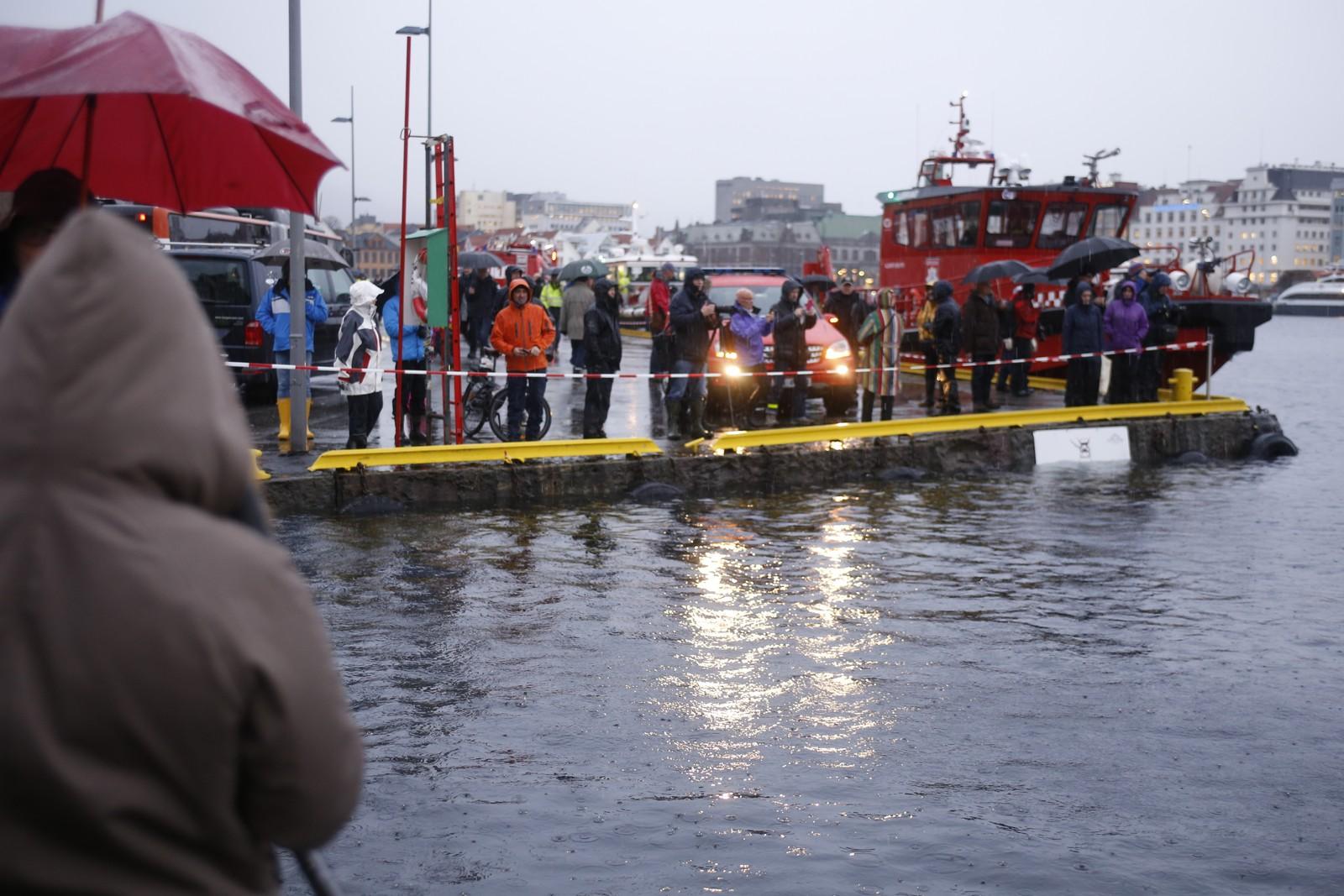 PUBLIKUM: Mange tok turen til Bryggen i Bergen for å se den høye vannstanden.