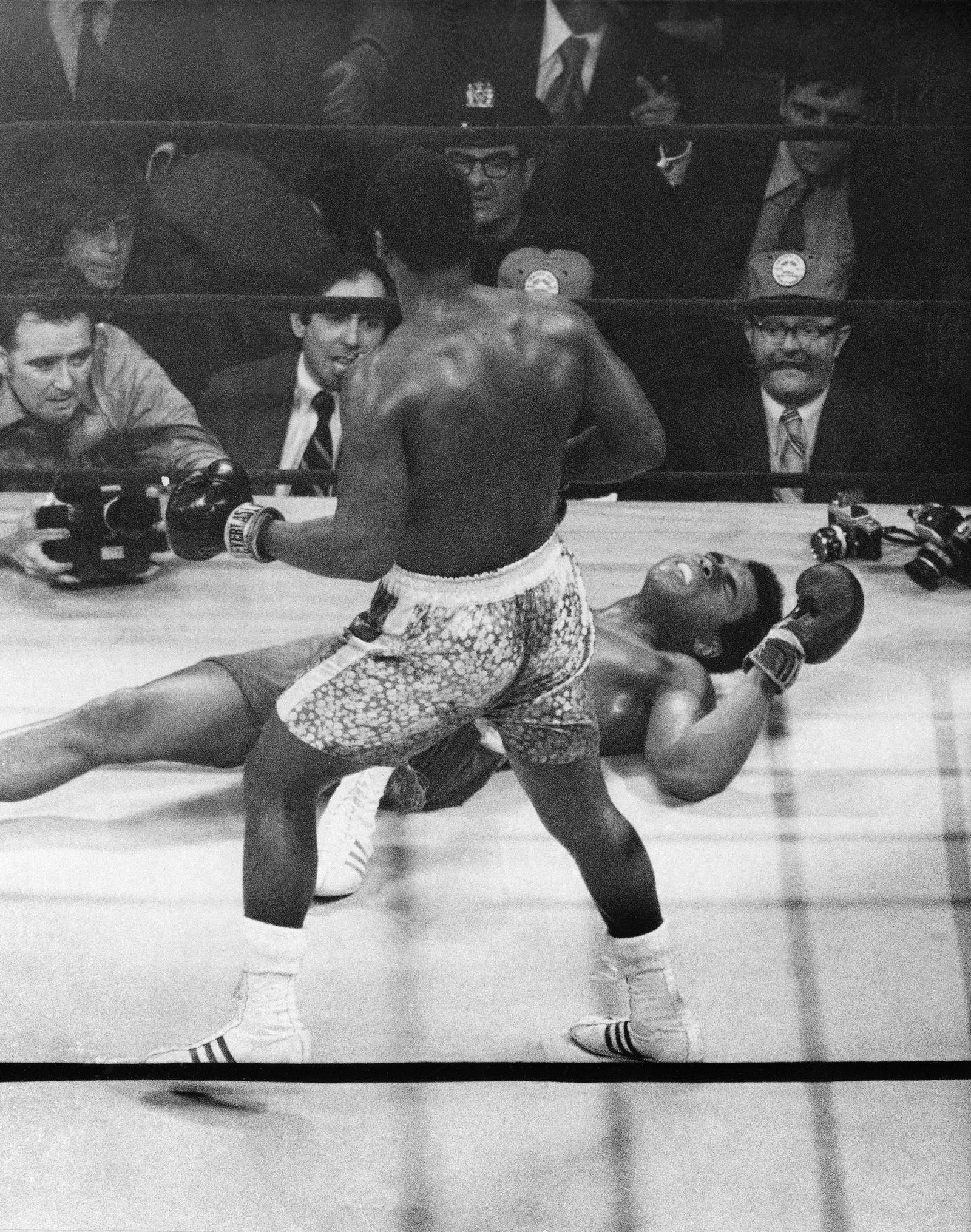 Joe Frazier og Muhammad Ali i 1971 Boxer Mohammad Ali ligger på gulvet og gjøre grimaser etter å ha blitt slått ned av tungvektsmester Joe Frazier i 15. runde, 8. mars 1971.