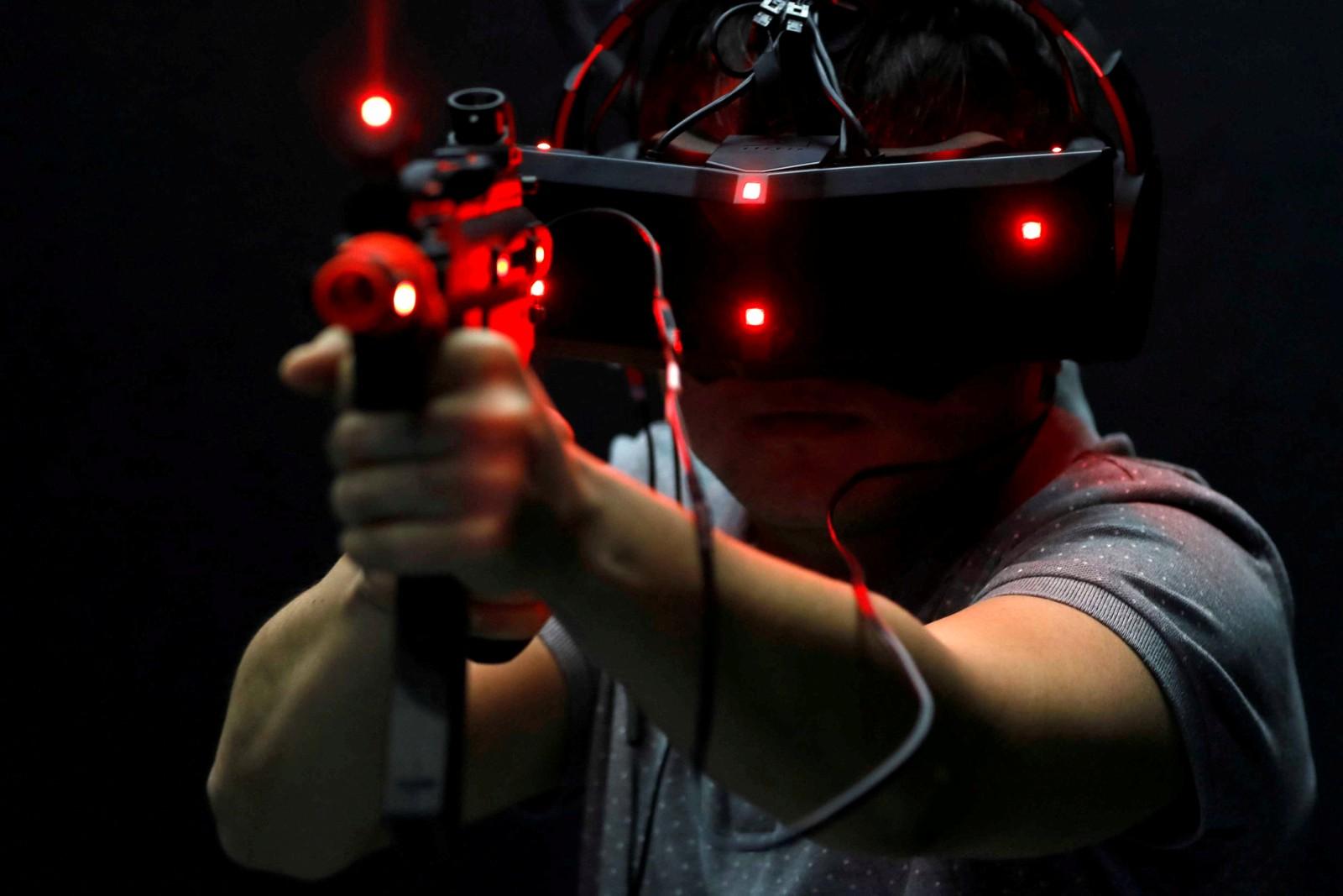 Nei, dette er ikke en scene fra Call of Duty, men siste nytt innen VR på ei spillmesse i Taipei, Taiwan, som publikum fikk prøve denne uka.