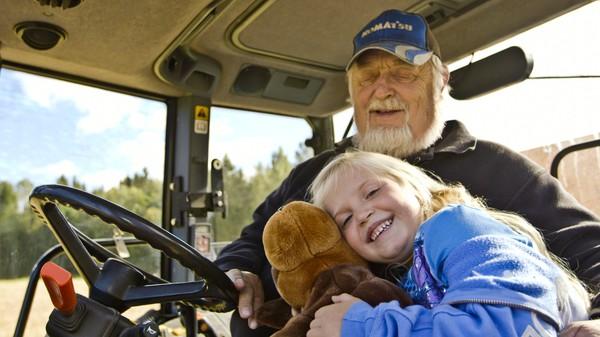 Norsk dokumentarserie. (3:12)Amalie er 5 år og drar på besøk til bestemor og bestefar som bor på en gård. Amalie får lov til å bli med bestefar å kjøre den store skurtreskeren for aller første gang. Kosedyret Labben får også lov å bli med.
