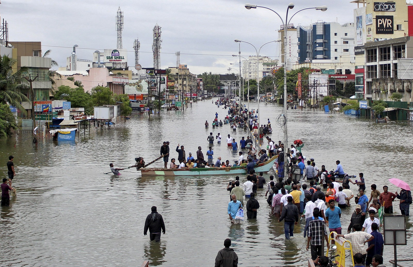 Mange av folka i Chennai prøver å kome seg i tryggleik frå vassmengdene som lammer heile byen.