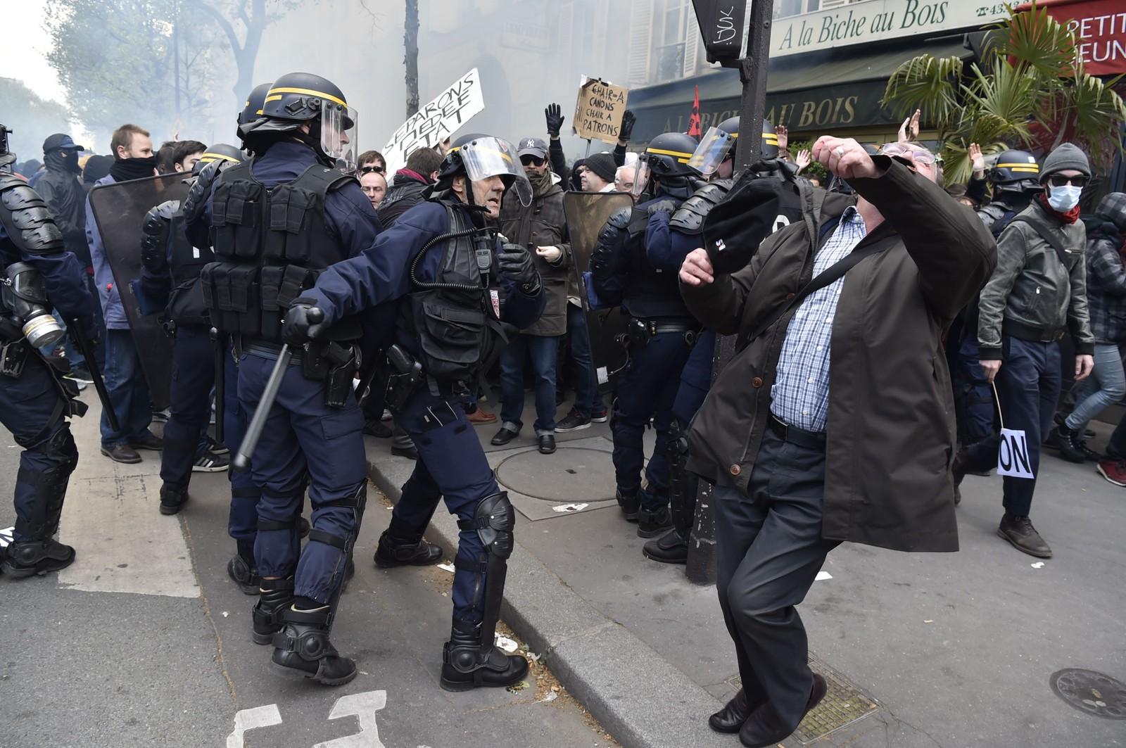 Det gikk delvis voldsomt for seg da opprørspoliti og demonstranter støtte sammen i Paris torsdag. De siste ukene har arbeidere og studenter demonstrert flere steder i Frankrike mot myndighetenes planlagte arbeidsreformer. Det er varslet flere demonstrasjoner og streik i fly- og transportsektoren den kommende tiden.