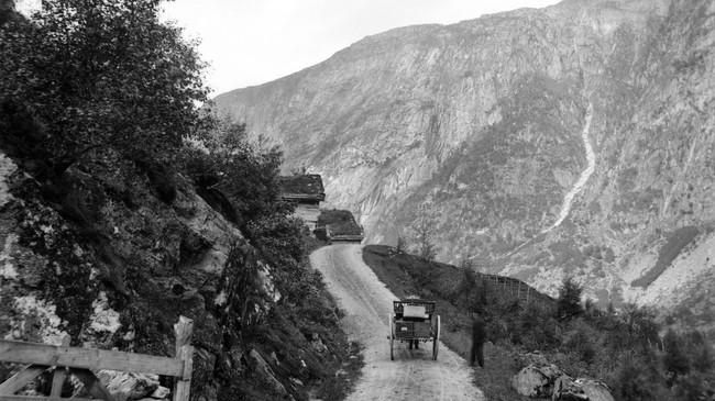 Litt av postvegen mellom Grungen og Førde. Foto: K. Knudsen. Eigar: Billedsamlingen, UiB.