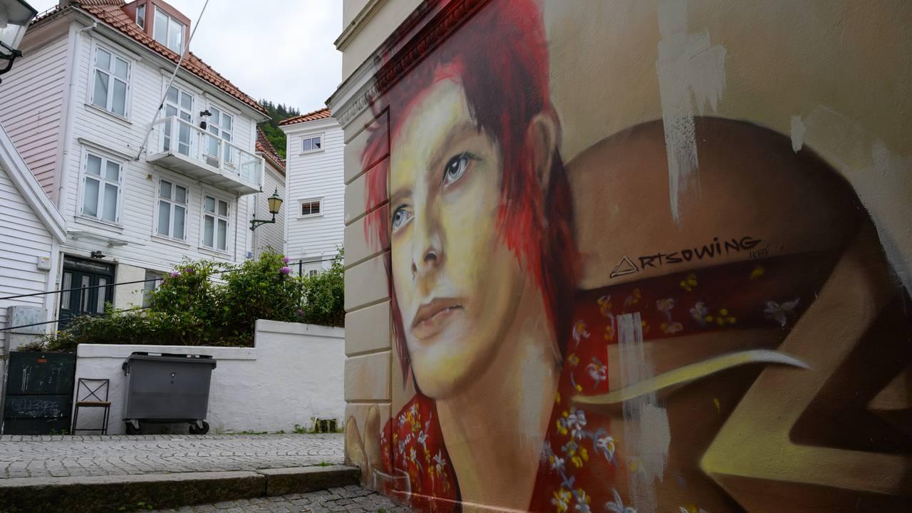 Gatekunst i Bergen. Motiv av David Bowie.