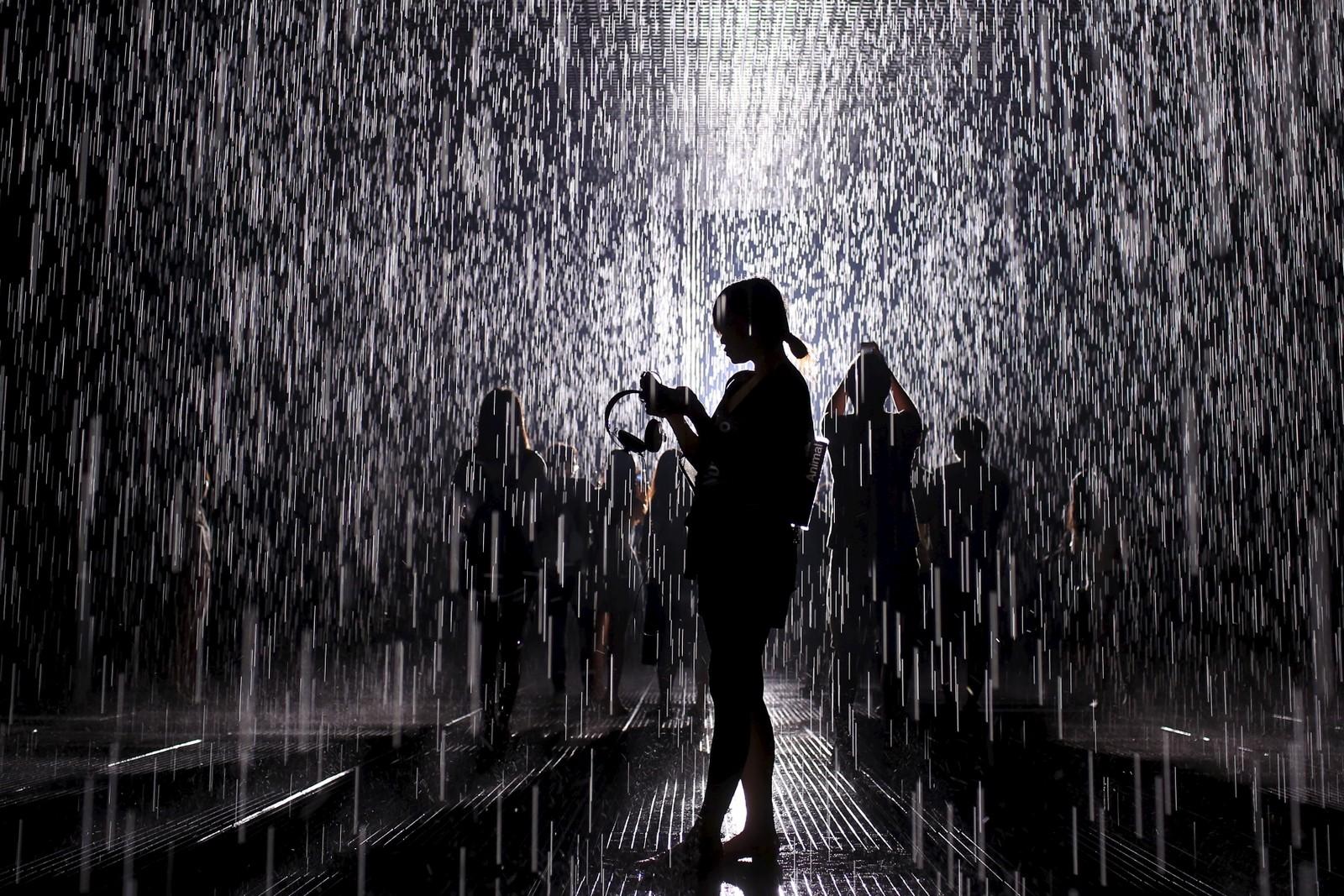 Du kan gå i regnet uten å bli våt i denne kunstinstallasjonen. Rain Room heter den og blir akkurat når vist fram på et museum i Shanghai.