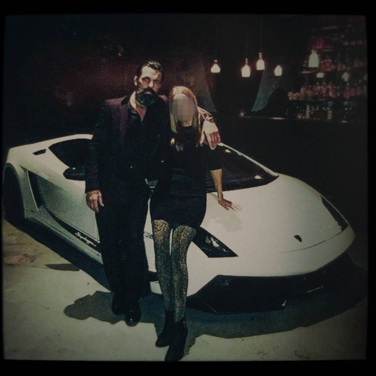 Mr. James poserer foran en Lamborghini
