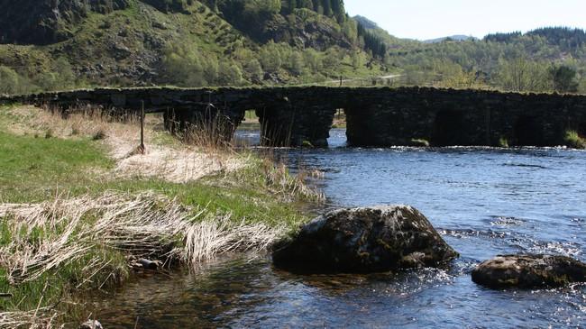 Ei av bruene på Den trondhjemske Postvei. Brua ligg like ved fylkesveg 57. Foto: Ottar Starheim, NRK.
