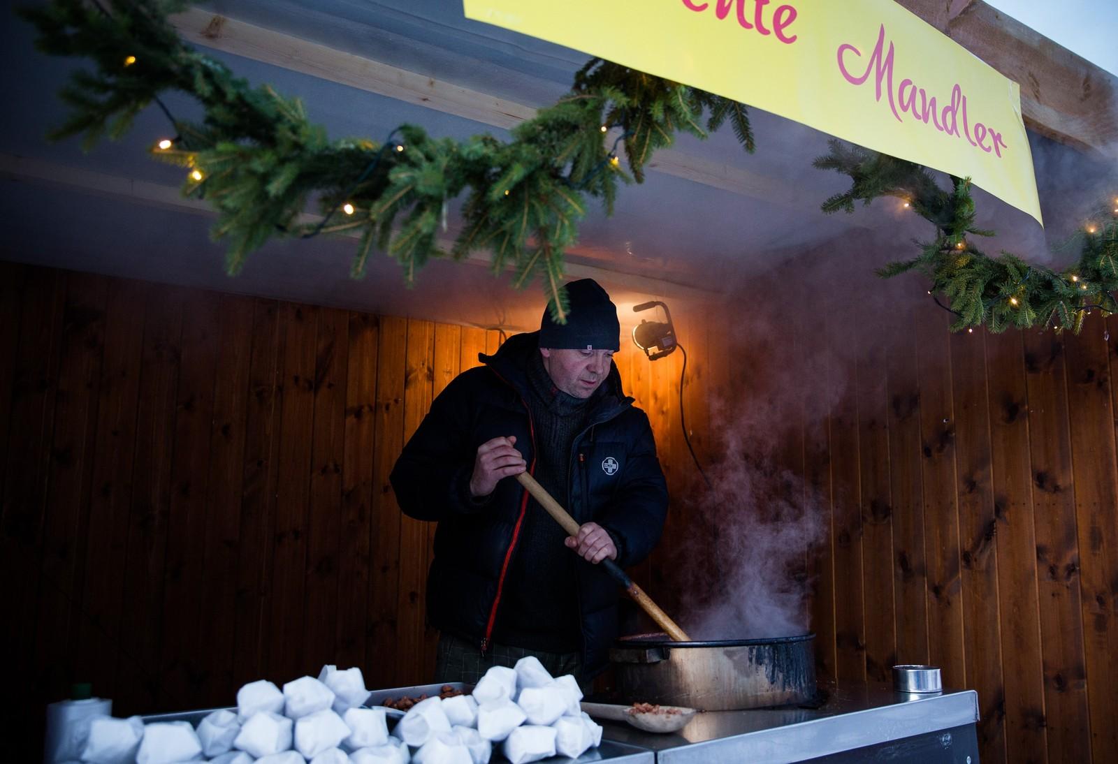 Lukten av brente mandler siver utover julemarkedet i Bergmannsgate fra THS Engros stand.