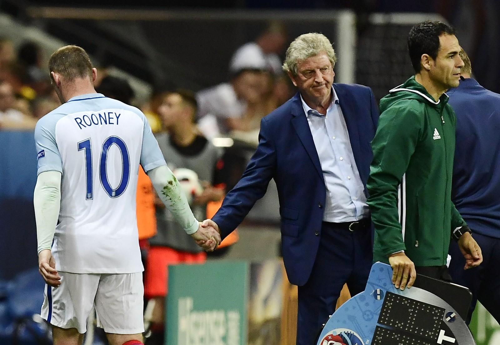 Englands Wayne Rooney og trener Roy Hodgson når sjokk-kampen mot Island nærmer seg slutten.